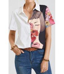 figura modello camicetta con risvolto con bottoni a contrasto di colore a maniche corte a fiori