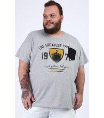 camiseta masculina plus size brasão castelo com bolso manga curta gola careca cinza mescla