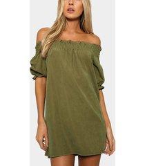 mini vestido fuera del hombro en verde militar
