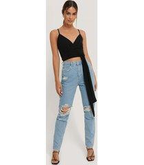 anika teller x na-kd jeans med hög midja och slitningar på knät - blue