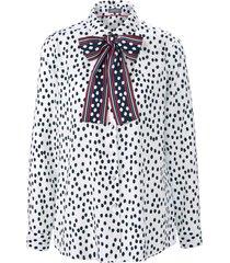 blouse in iets getailleerd model met stippendessin van basler wit