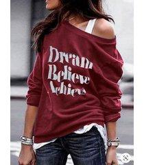 camiseta con letras y mangas largas de un hombro