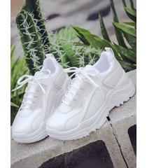 zapatillas transparentes con punta redonda y cordones
