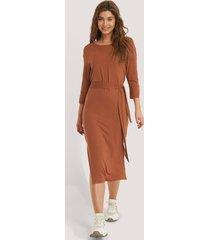 na-kd basic klänning med bältesdetalj och sidoslits - brown