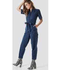 na-kd short sleeve button up jumpsuit - blue