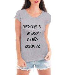 camiseta criativa urbana desculpa o atraso feminina