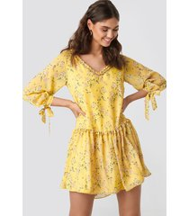 kae sutherland x na-kd ruffle v neck mini dress - yellow