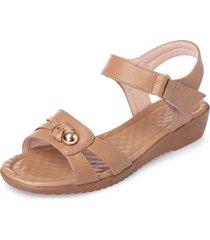 sandali piatti con cinturino in pelle con apertura a punta in rilievo