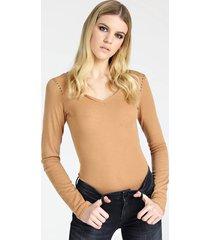 sweter z biżuteryjnymi aplikacjami na ramionach