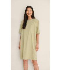 na-kd trend ekologisk t-shirtklänning med axelvaddar - green