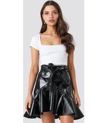 chloé b x na-kd flared patent mini skirt - black