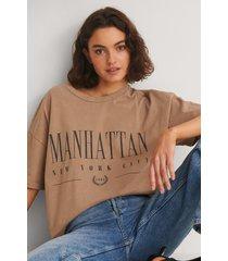 na-kd trend ekologisk t-shirt med manhattan tryck - brown