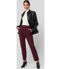 na-kd drawstring front pleat pants - burgundy