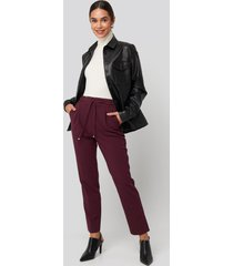 na-kd drawstring front pleat pants - burgundy