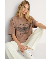 na-kd trend t-shirt med los angeles tryck - brown