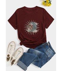 camiseta de manga corta con cuello redondo y estampado de sol y luna