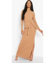 tall maxi jurk met lange mouwen, zijsplit en ceintuur, camel