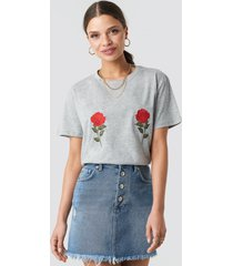 na-kd flower embroidery tee - grey