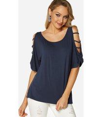 camiseta azul marino con hombros descubiertos y tirantes de media manga