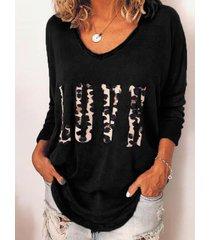 camiseta con cuello de pico y estampado de leopardo de letras negras