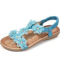 las sandalias de mujer son cómodas y de color azul suave.