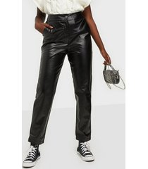 missguided faux leather pleat front trouser byxor