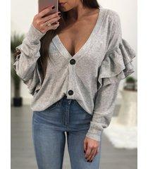suéter gris de punto con volantes y botones con cuello en v escotado