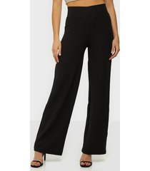 nly trend crepe straight pants byxor