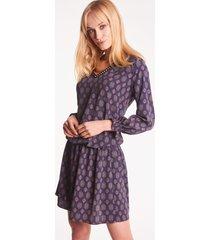 granatowa sukienka mini we wzory