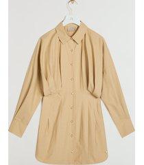 de josh v patty jurk in de kleur caramel is gemaakt van katoen, een fijn geweven en gladde stof van katoen. de jurk sluit door middel van een knoopsluiting met goudkleurige josh v branded knopen. uniek aan dit blousejurkje is de gepofte bovenzijde. combineer de jurk met de josh v maartje heels en noreen tas in de kleur cream voor een elegante, zomerse look. je kunt dit item zowel als jurk en als blouse dragen. de josh v patty jurk is verkrijgbaar in de kleuren whisper white en caramel.