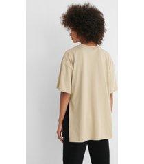 na-kd ekologisk oversize t-shirt med slits - beige