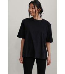 na-kd trend ekologisk boxig t-shirt med axelvaddar - black