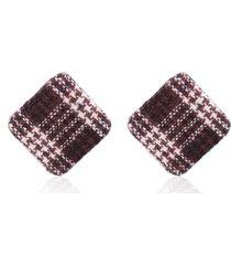 aretes de botón en forma de diamante rojo