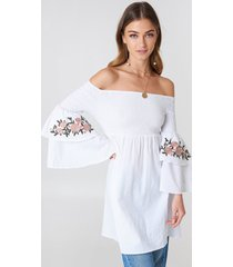 debiflue x na-kd embroidered smocked off shoulder tunic - white