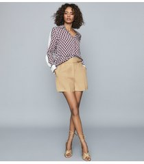 reiss ada - tailored shorts with waist detail in camel, womens, size 10