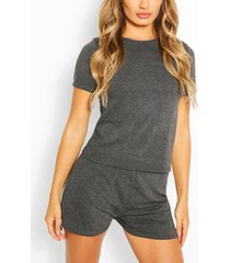 basis-t-shirt en shortset, houtskool