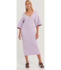 na-kd trend stickad klänning med vida ärmar - purple