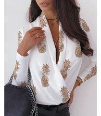 blusa de manga larga con cuello en v y estampado de frutas con diseño de envoltura blanca