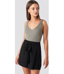 na-kd belted flowing shorts - black