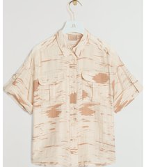 de josh v valin blouse in de kleur cream nougat is gemaakt van een viscose blend met een subtiel glans effect. het item heeft een all-over print met een lichte structuur. de blouse heeft een losvallende pasvorm. je kunt het item sluiten door middel van josh v branded emaille knopen. stijltip: tijdens de zomermaanden kun je dit item ook leuk opknopen aan de voorkant. de josh v valin blouse is verkrijgbaar in de kleuren cream nougat en bronze.