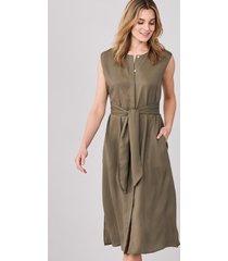 mouwloze jurk met blinde knoopsluiting en tailleband