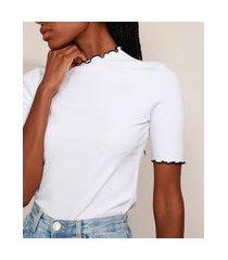 blusa feminina mindset canelada com frufru contrastante manga curta gola alta off white