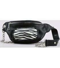 pochete feminina com corrente e bolso estampado animal print preta
