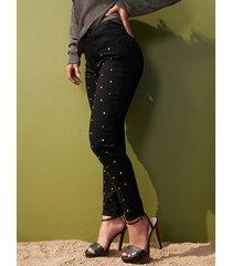 jeansy z ozdobnymi aplikacjami