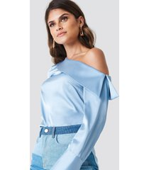 andrea hedenstedt x na-kd one shoulder folded blouse - blue