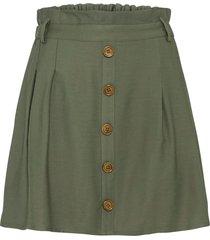 kjol med knappslå och fickor