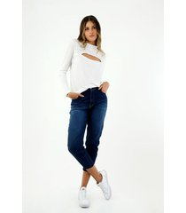 camiseta de mujer, cuello redondo alto, manga larga, con abertura en escote, color blanco.
