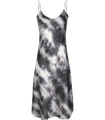 nili lotan slim fit tie-dye print silk dress - grey