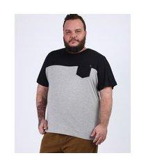 camiseta masculina plus size com recorte e bolso manga curta gola careca cinza mescla