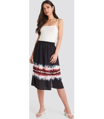 na-kd tie dye print side split skirt - black,multicolor